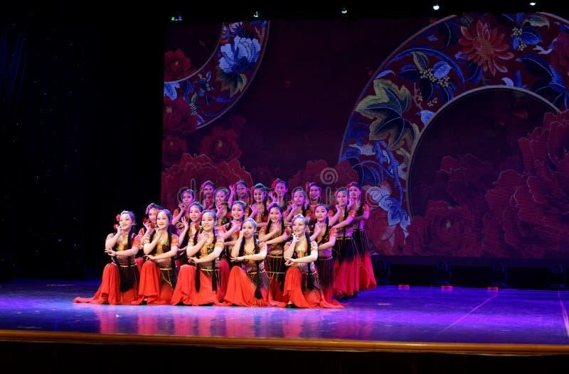 Envie-lhe uma rosa 1 - dança nacional chinesa em Xinjiang imagens de stock