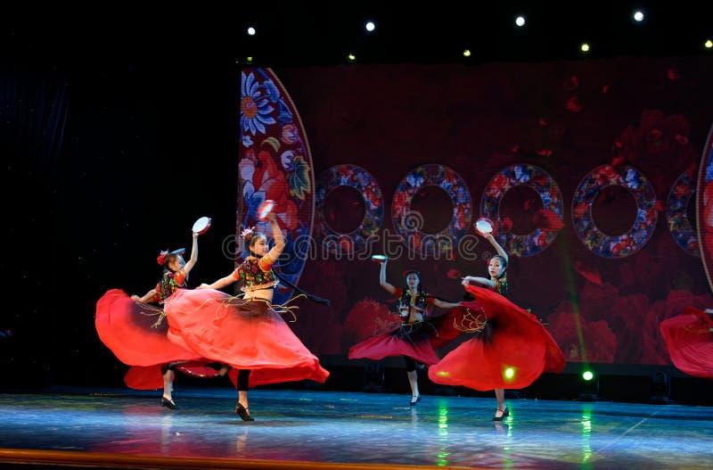 Envie-lhe uma rosa 2 - dança nacional chinesa em Xinjiang foto de stock royalty free