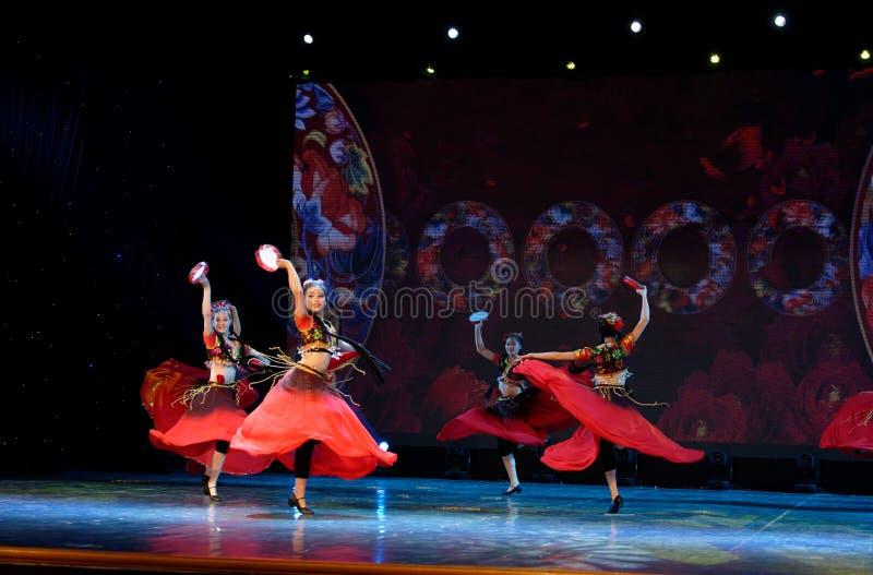 Envie-lhe uma rosa 3 - dança nacional chinesa em Xinjiang imagem de stock
