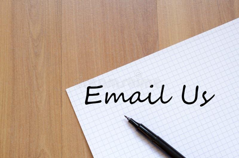 Envie-nos por correio eletrónico escrevem no caderno imagem de stock royalty free