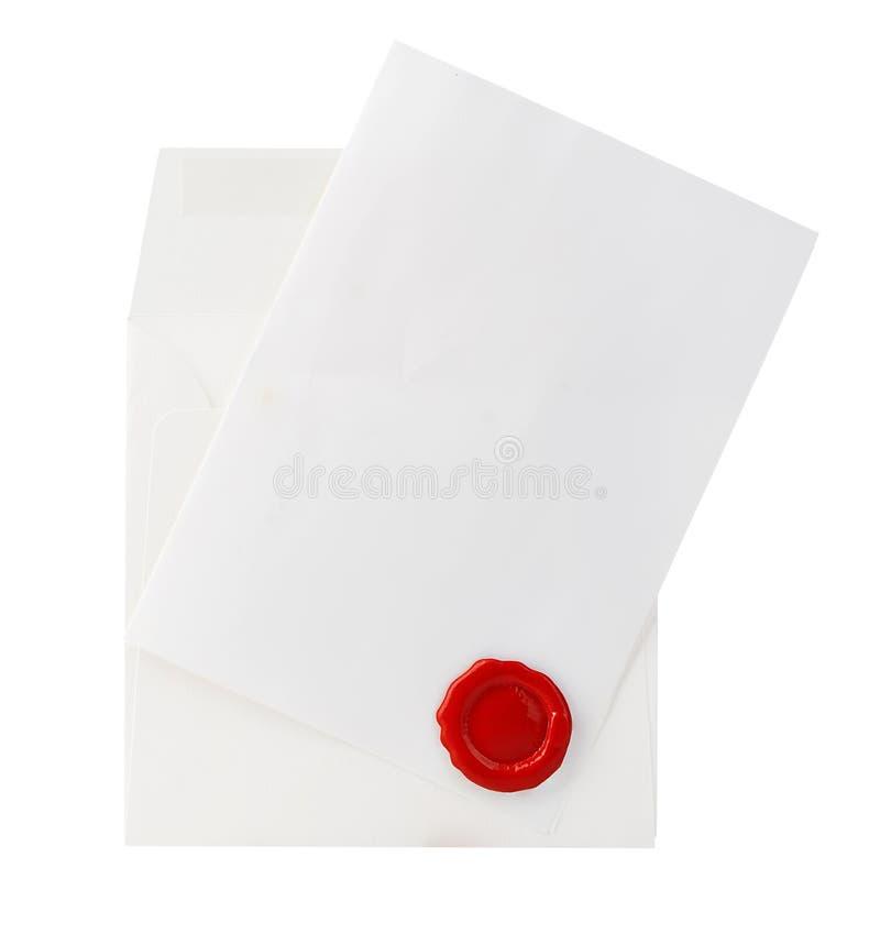 Envie o envelope com letra e close-up vermelho do selo da cera isolado em um branco fotografia de stock