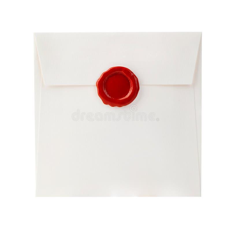 Envie o envelope com letra e close-up vermelho do selo da cera isolado em um branco imagem de stock royalty free