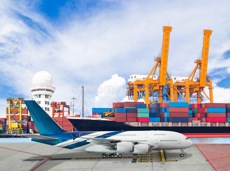 Envie o recipiente da carga com avião de transporte para a importação logística foto de stock royalty free