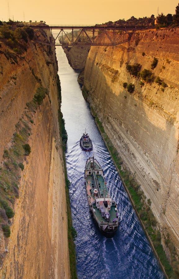 Envio através do canal de Corinth fotografia de stock