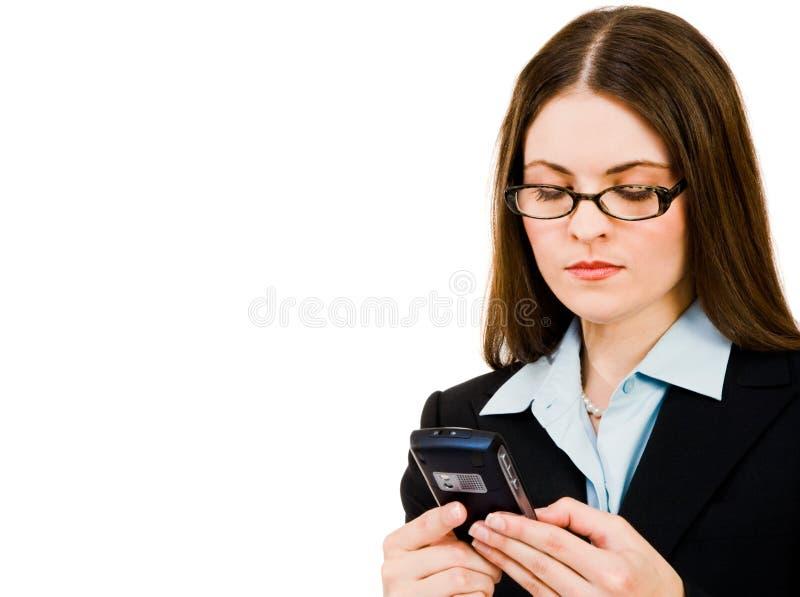 Envio de mensagem de texto da mulher de negócios fotografia de stock