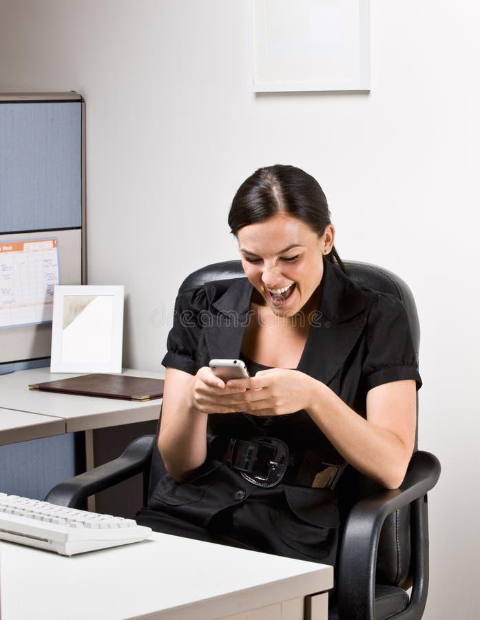 Envio de mensagem de texto da mulher de negócios no telefone de pilha foto de stock