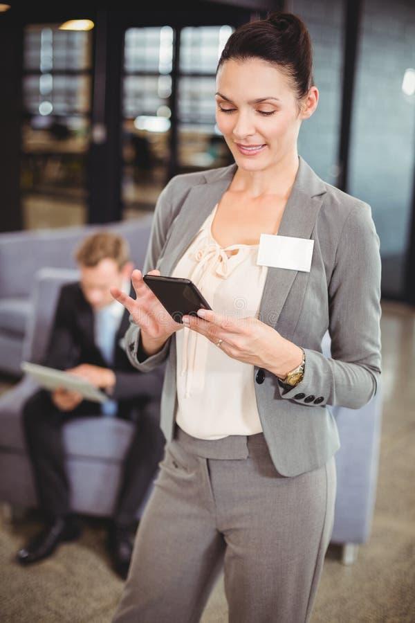 Envio de mensagem de texto da mulher de negócios no telefone móvel fotos de stock royalty free