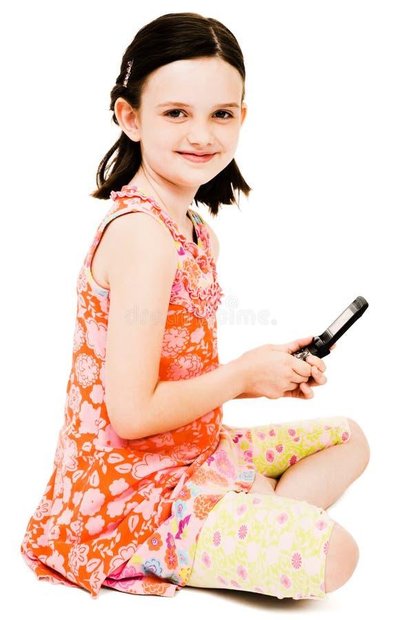 Envio de mensagem de texto de sorriso da menina fotografia de stock royalty free