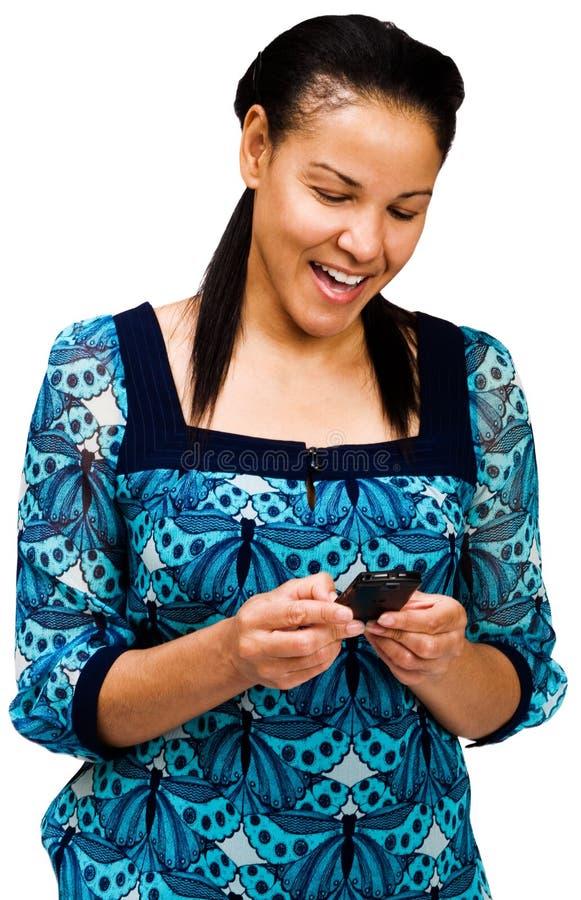 Envio de mensagem de texto feliz da mulher foto de stock