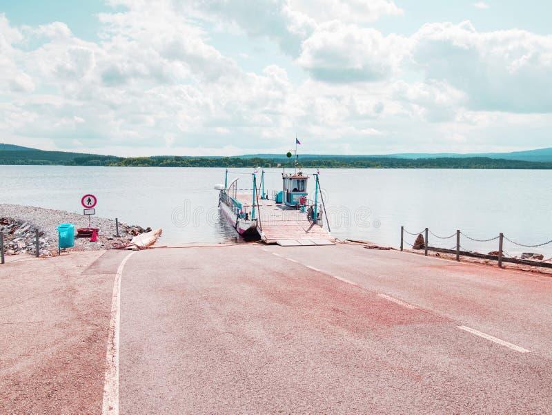 Envio no navio do ferryboat com rampa aberta e o carro vazio fotos de stock royalty free