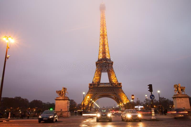 Environs de Tour Eiffel en brouillard de soirée images stock