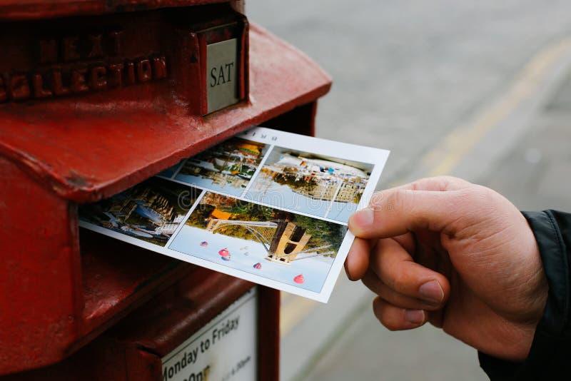 Envoi d'une carte postale images libres de droits