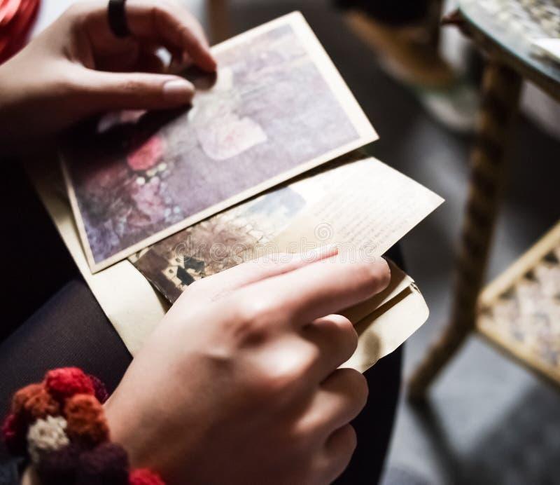 Envoi des souvenirs aux amis photographie stock