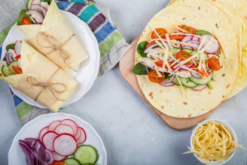 Envoltório da tortilha com galinha e vegetais imagem de stock