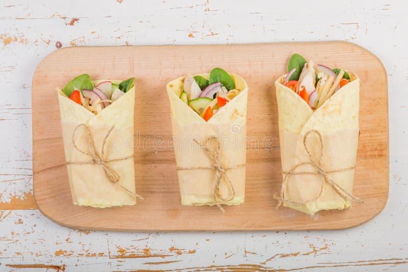 Envoltório da tortilha com galinha e vegetais fotos de stock