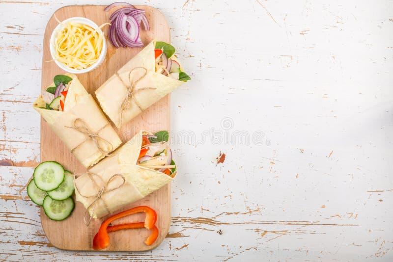 Envoltório da tortilha com galinha e vegetais fotos de stock royalty free