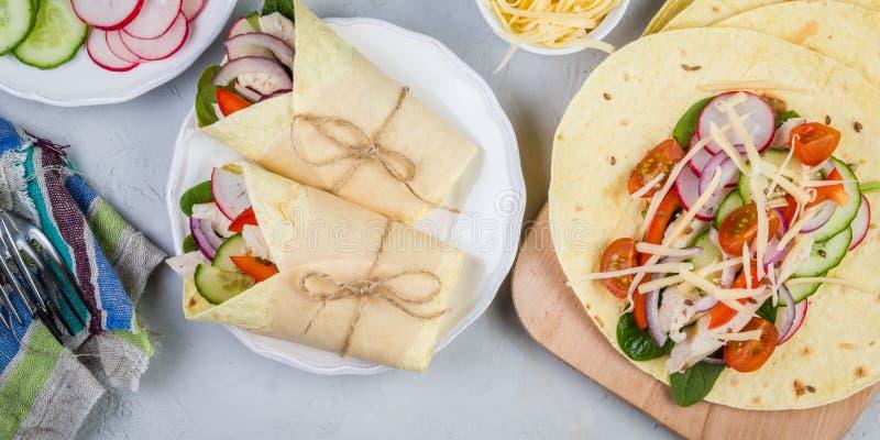 Envoltório da tortilha com galinha e vegetais foto de stock