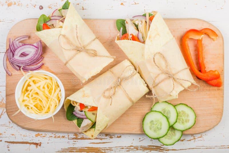 Envoltório da tortilha com galinha e vegetais imagens de stock