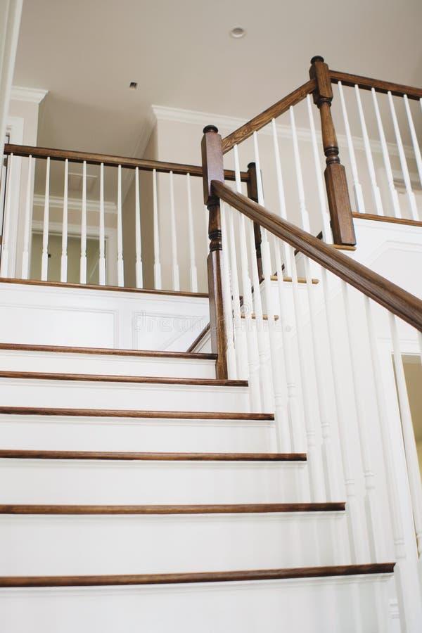 Envoltório de madeira em torno da fotografia dos bens imobiliários da escadaria imagem de stock royalty free