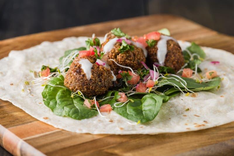 Envoltório do Falafel do vegetariano com salsa fotos de stock royalty free