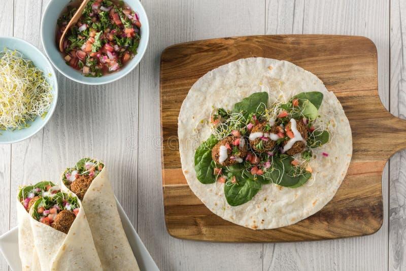 Envoltório do Falafel do vegetariano com salsa imagens de stock