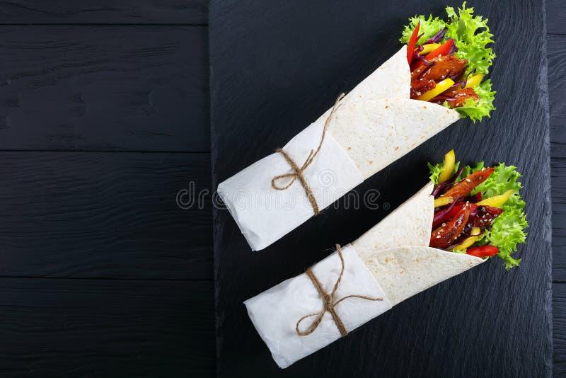 envoltórios do sanduíche com carnes e salada do frango frito fotos de stock royalty free