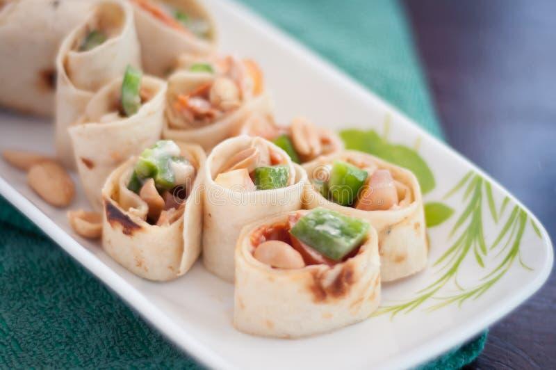 Envoltórios do Sushi-estilo com pepperoni, vegetais e porcas da galinha fotos de stock royalty free