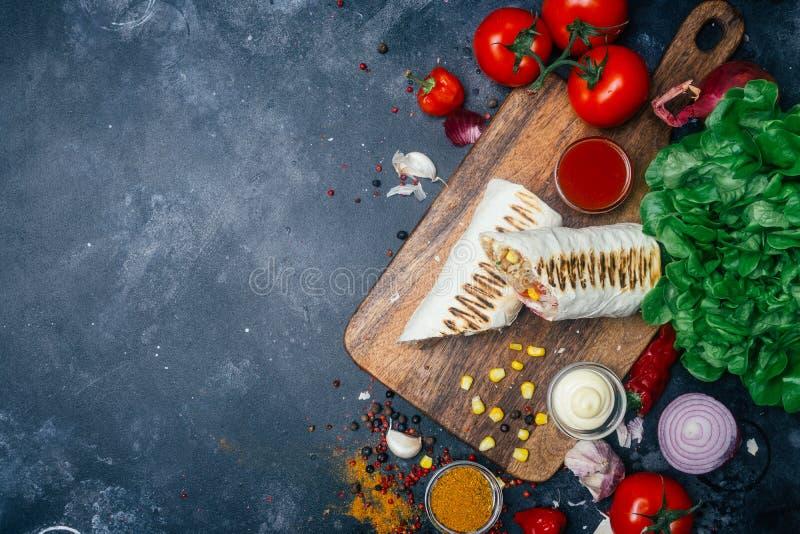 Envoltórios dos Burritos com carne e os vegetais grelhados - pimentas, tomates e milho foto de stock royalty free