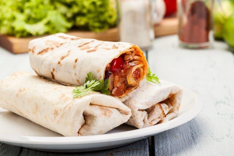 Envoltórios mexicanos dos burritos com carne moída, feijões e vegetais imagem de stock royalty free