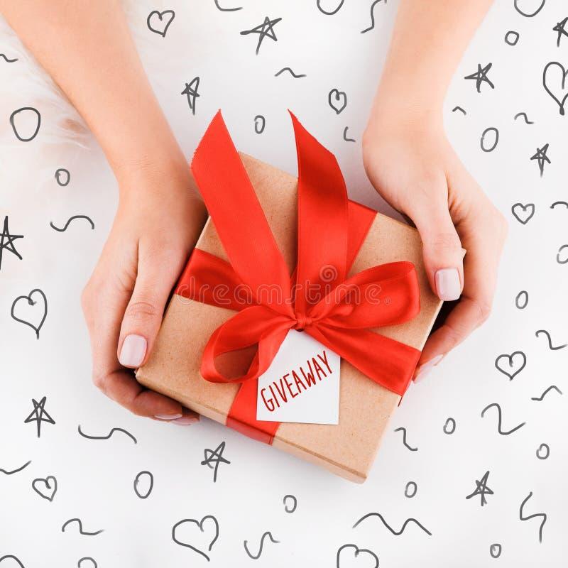 Envoltorio para regalos Cajas modernas de empaquetado del regalo de Navidad en papel gris elegante con la cinta del rojo del saté fotos de archivo
