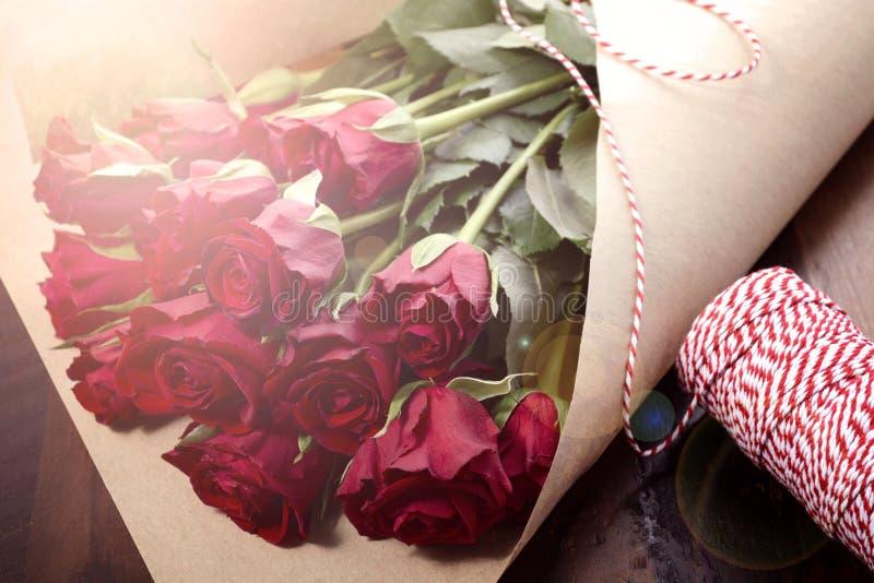 Envolvendo rosas vermelhas de dia de Valentim com alargamento da lente imagem de stock royalty free