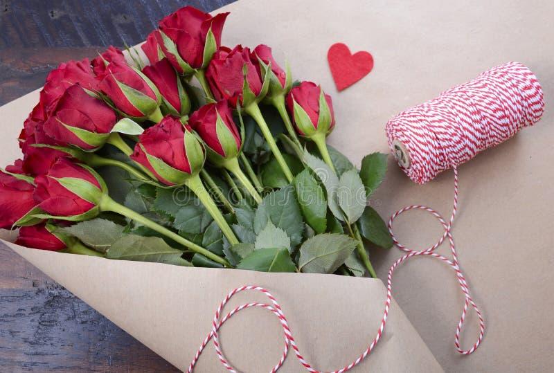 Envolvendo Valentine Red Roses imagens de stock royalty free
