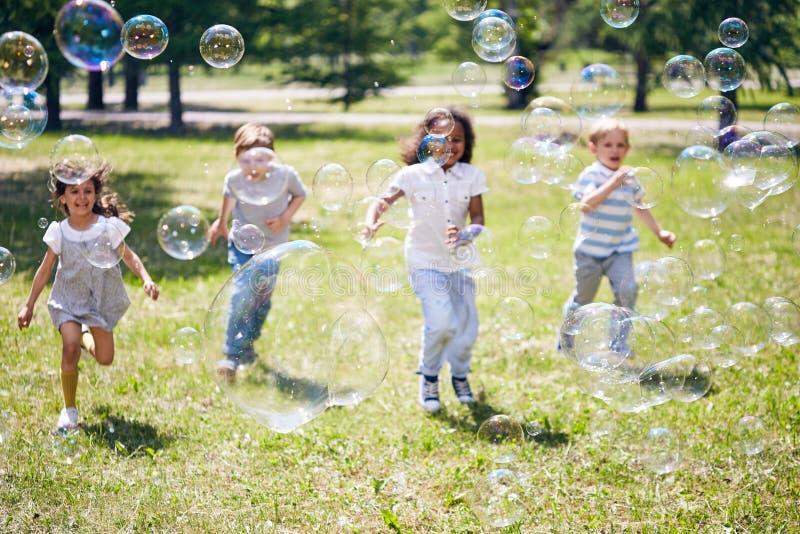 Envolvido acima em bolhas de sabão de travamento fotografia de stock royalty free