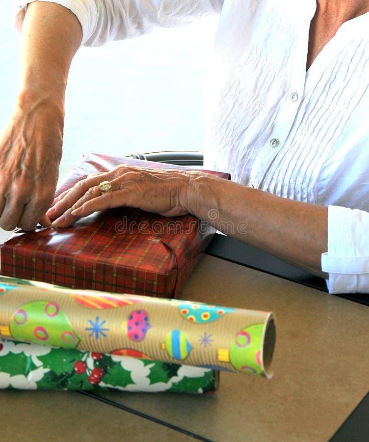 Envolvimento dos presentes de Natal fotografia de stock royalty free