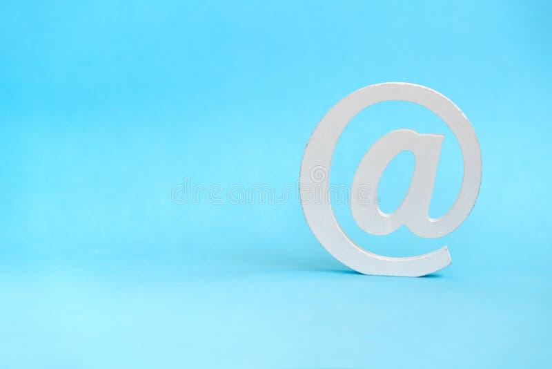 Envoyez le symbole sur le fond bleu image libre de droits