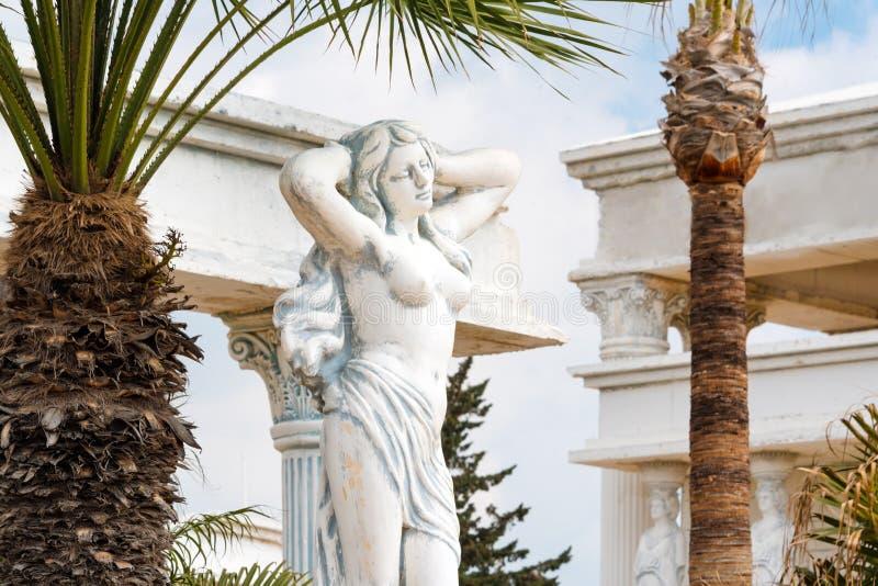 Enyese la copia de la estatua griega de la situación femenina desnuda de la diosa en el parque imagen de archivo libre de regalías