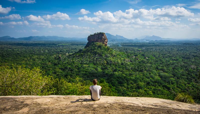 Enyoing la vista di Sigiriya, Sri Lanka, roccia dei leoni fotografia stock