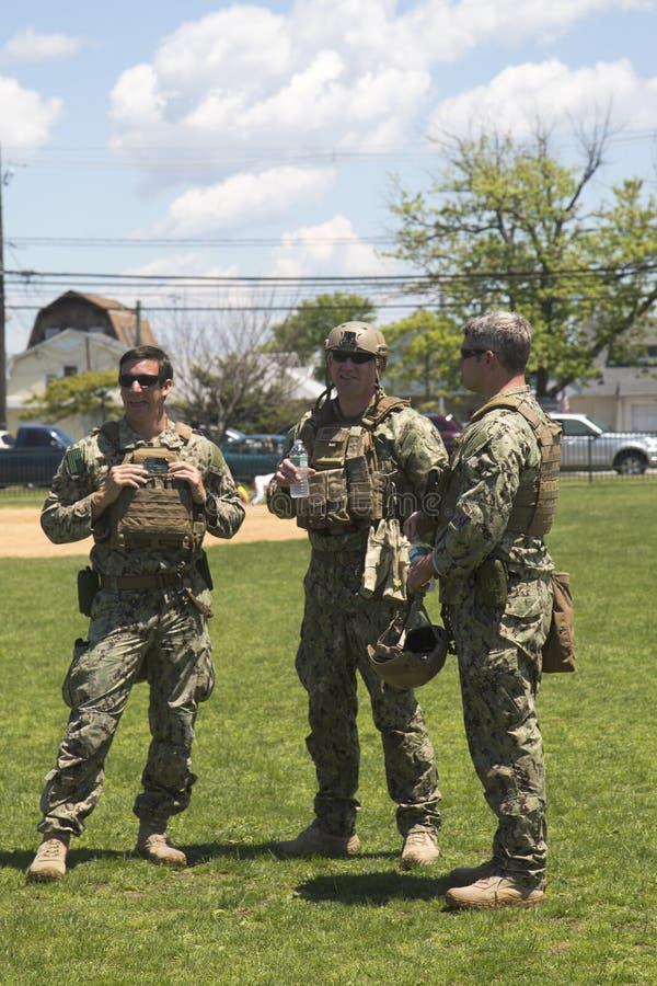 从EOD队的未认出的美国海军s在水雷对抗措施示范以后在舰队星期期间2014年 免版税库存照片