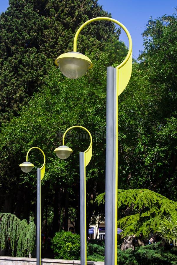 Eollow-moderm Lampe im Allgemeinen Park lizenzfreie stockfotografie