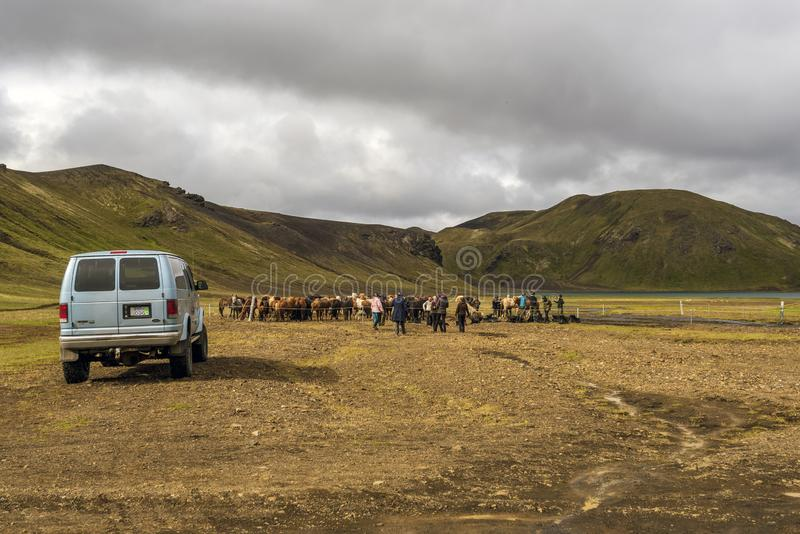 Eople为冰岛马骑术做准备在冰岛的高地的Fridland广告Fjallabaki自然公园 库存图片