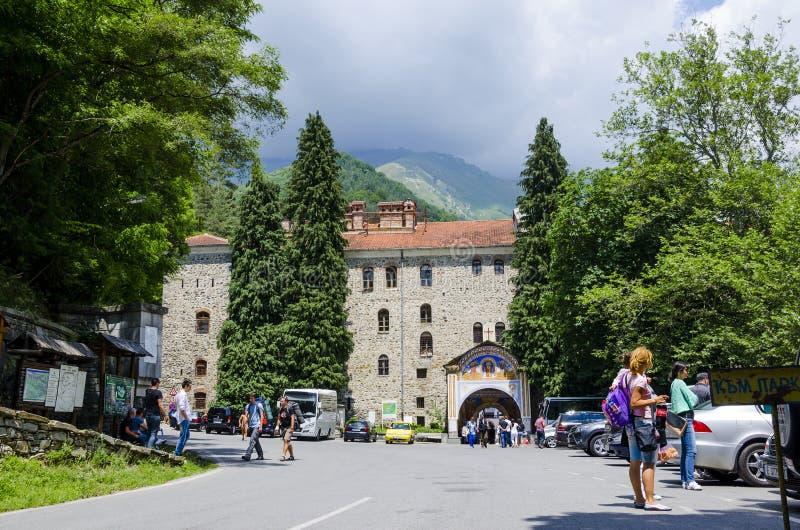 Eople cerca del arco de la entrada en del monasterio famoso de Rila del sitio del patrimonio mundial de la UNESCO, monasterio de  imagenes de archivo
