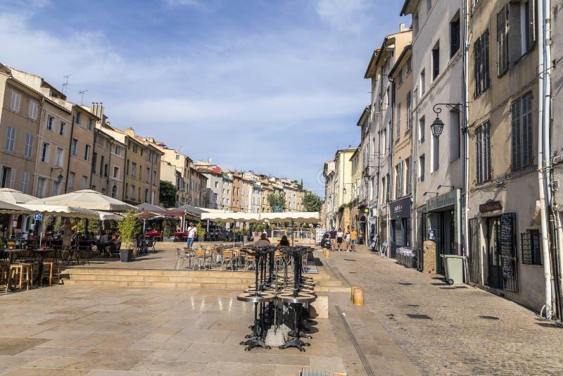 Eople cieszy się środkowego rynek w Aix en Provence obrazy royalty free