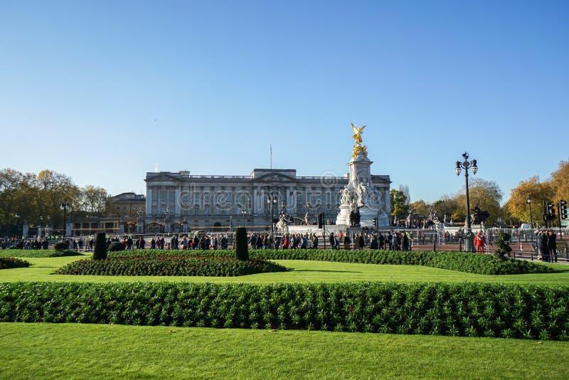 Eople jest przy buckingham palace dla rodzin królewskich powitanie i strażnika odmieniania zdjęcie stock