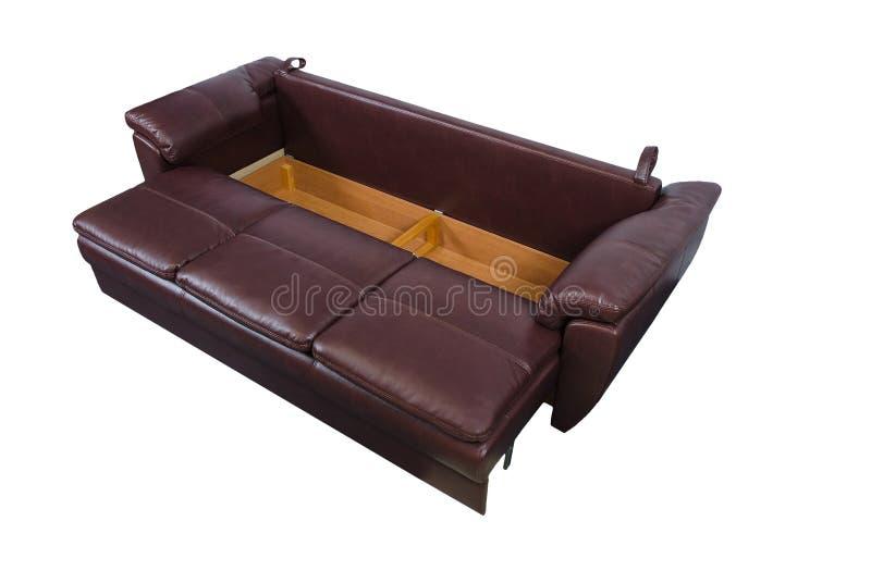 Epanded brun lädersoffa som isoleras på vitt med urklippbanan arkivfoton