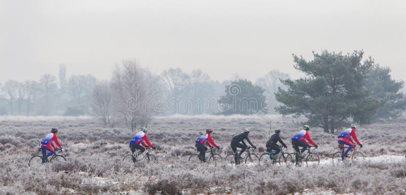EPE, ΟΙ ΚΆΤΩ ΧΏΡΕΣ - 5 ΜΑΡΤΊΟΥ 2016: Ποδηλάτες κάτω από το χειμώνα skie στοκ εικόνα