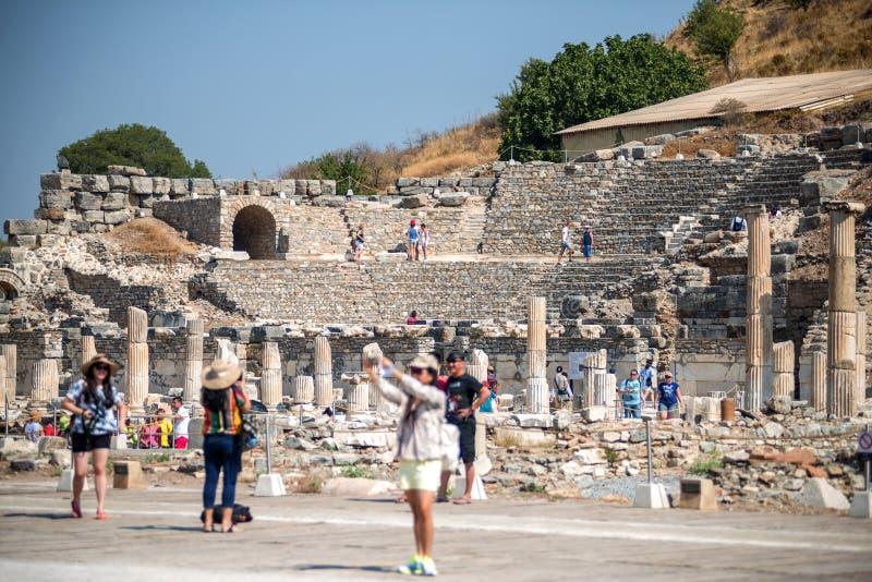 Ephesus, Sierpień - 7: Turyści podziwia rzymianina i starożytnego grka fotografia stock