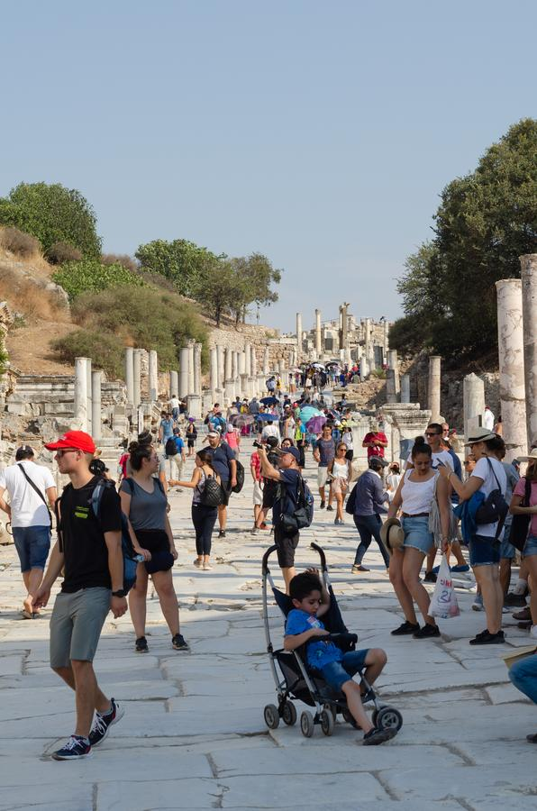 EPHESUS TURKIET - AUGUSTI 19, 2018: Illvilja av extremt varma sommarvädermassor av inhemska och utländska turister besöker Ephesu arkivfoto