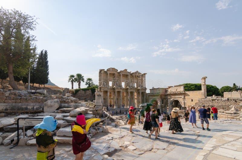 EPHESUS, TURKIJE - AUGUSTUS 19, 2018: De toeristen bezoeken Ephesus Bibliotheek van Celsus in de oude stad van Ephesus, Turkije stock foto