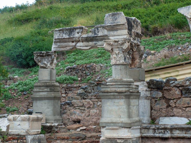 Ephesus, Turkije, blijft van Grieks gebouw, opnieuw opgebouwde tempel, stenen rand stock afbeeldingen