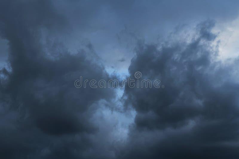 Epicki burzy niebieskie niebo, zmrok chmurnieje tło teksturę zdjęcia royalty free